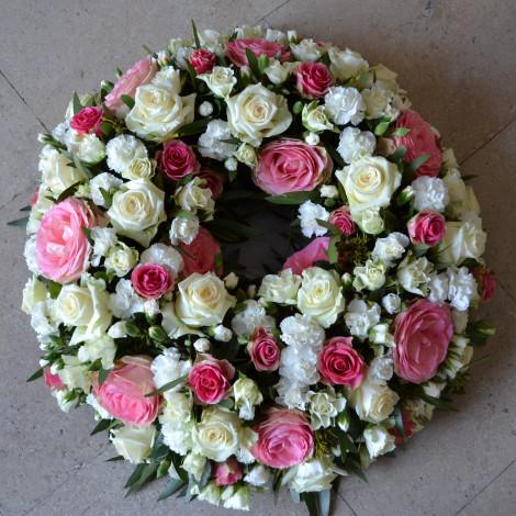 Venec roza belo cvetje